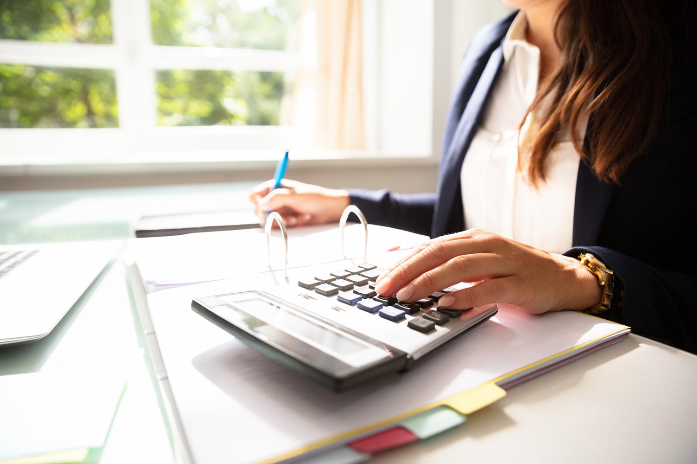 mission du cabinet d'expertise comptable d'Estelle fontanès mission de comptabilité comptable et expert comptable avec une calculatrice sur le bureau et écran d'ordinateur