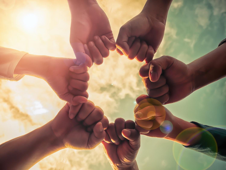 offre collaborative du cabinet d'expertise comptable Estelle Fontanès 7 mains qui se soutiennent et se serrent les coudes
